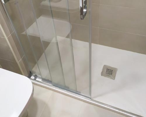 fontanerías especialistas en cambio de bañera por plato de ducha en donostia san sebastian
