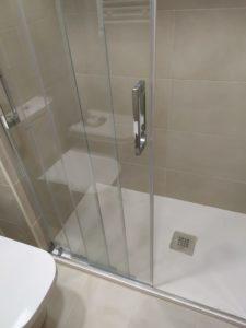 fotografias de cambio de bañera por plato de ducha en baño de pequeñas dimensiones. Los platos de ducha son de diferentes tamaños y se adaptan a cualquier espacio.