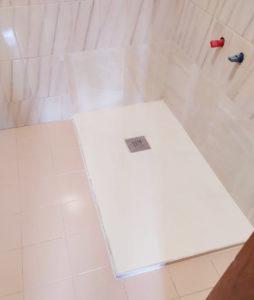 donde antes habia una peligrosa bañera fontaneria ledesma ha colocado un plato de ducha antideslizante para ducharse sin riesgos y sin resbalones.