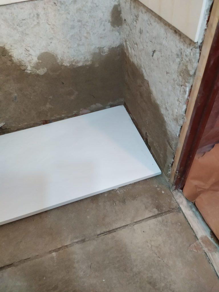 reforma de baño haciendo de coordinadores de gremios. albañil fontanero, electricista, escayolista, pintor